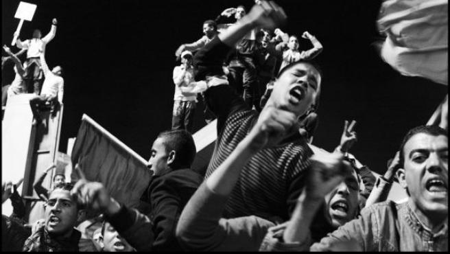 Foto de Moisés Samán que muestra a partidarios de Gadafi dispuestos a actuar como escudos humanos ante los bombardeos de la Otan