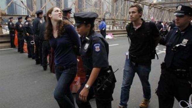 Detenidos durante la marcha del movimiento 'Occupy Wall Street' en Nueva York.