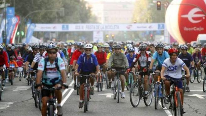 Miles de ciclistas, en la Fiesta de la Bicicleta en Madrid.