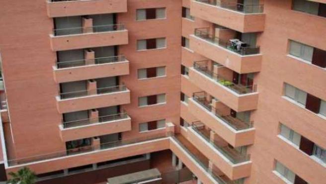 Bloque de pisos de reciente construcción.