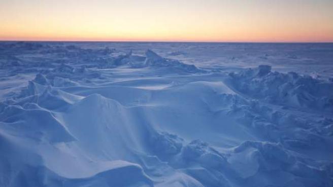 El sol se pone sobre el mar helado del Ártico, cerca de la estación polar Prudhoe Bay, en Alaska.