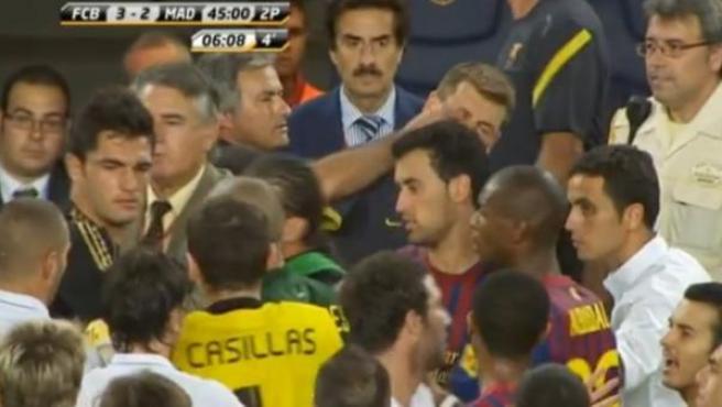 Mourinho mete el dedo en el ojo al segundo entrenador del Barcelona, 'Tito' Vilanova mientras los jugadores se enfrentan.