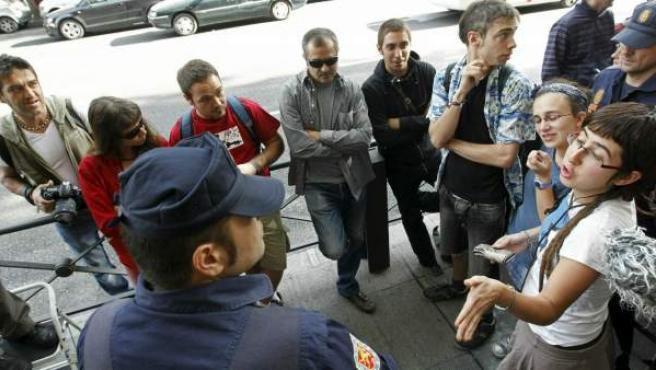 Agentes de la Policía Nacional identifican a un grupo de simpatizantes de los cinco primeros detenidos por su supuesta implicación en los actos de acoso a diputados del Parlamento catalán el pasado 15 de junio.