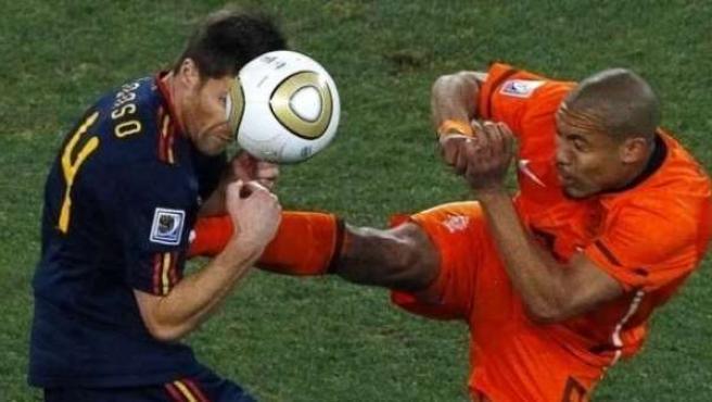Xabi Alonso y De Jong en la Final del Mundial 2010, en la que arbitraba Webb.
