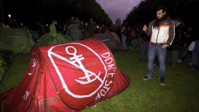 'Indignados' españoles se manifiestan a su llegada al parque Elisabeth de Koekelberg, Bruselas este sábado 8 de octubre.