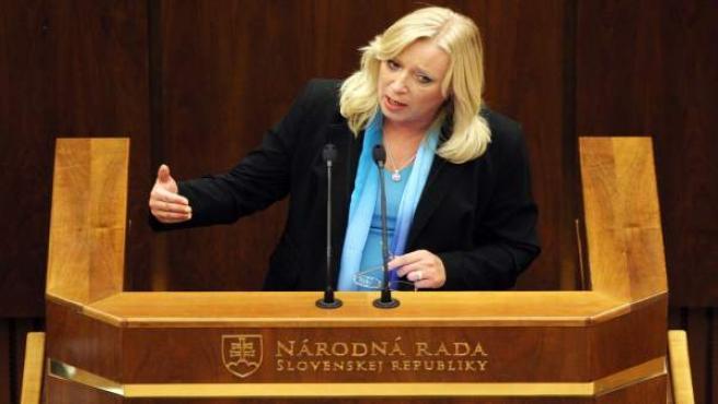 La primera ministra eslovaca Iveta Radicova interviene durante la sesión parlamentaria para ratificar la ampliación del Fondo Europeo de Estabilidad Financiera (FEEF).