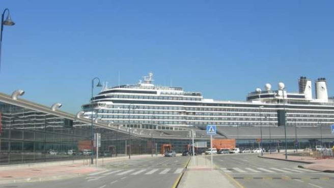 Buque De Crucero Junto A La Estación Marítima, En Málaga