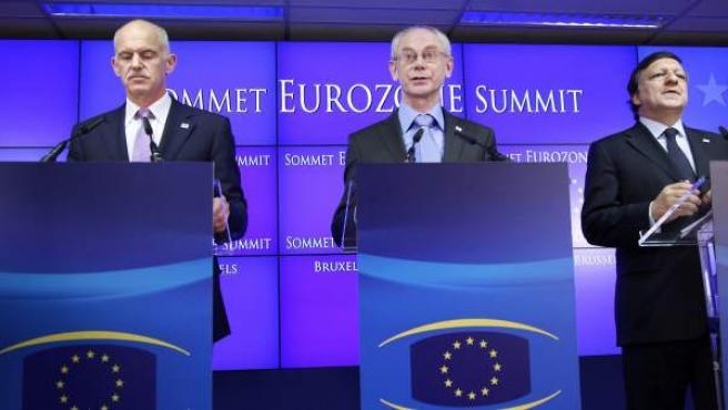 El primer ministro griego, Yorgos Papandréu, el presidente de Consejo Europeo, Herman Van Rompuy, y el presidente de la Comisión Europea, José Manuel Durao Barroso.