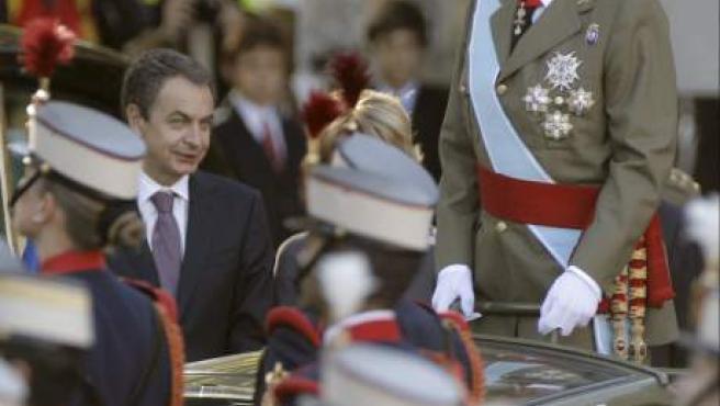 El Rey, a bordo de un vehículo, pasa revista a las tropas junto al presidente del Gobierno, José Luis Rodríguez Zapatero.