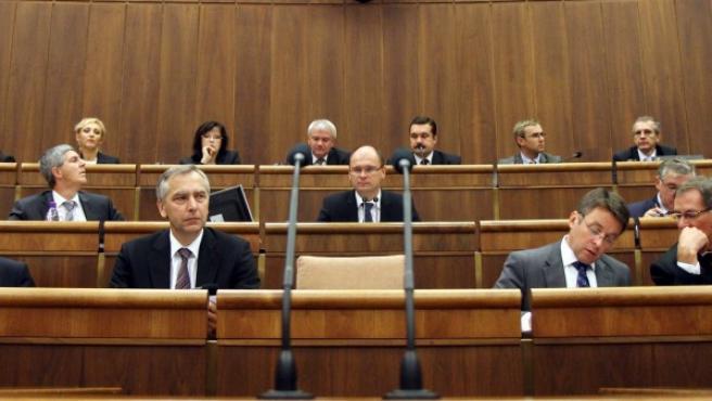 El jefe del parlamento Richard Sulik abre la sesión del Parlamento en Bratislava, Eslovaquia.
