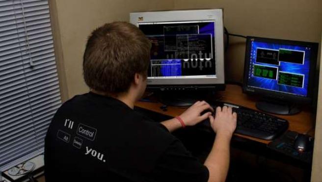Un hacker frente a su ordenador.