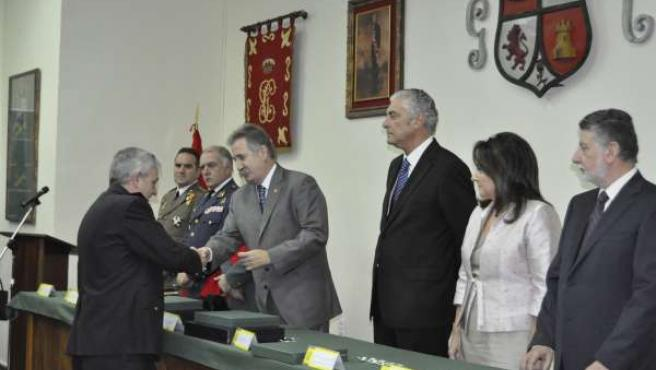 El Delegado Del Gobierno En Aragón Condecora Al Jefe Superior De Policía.
