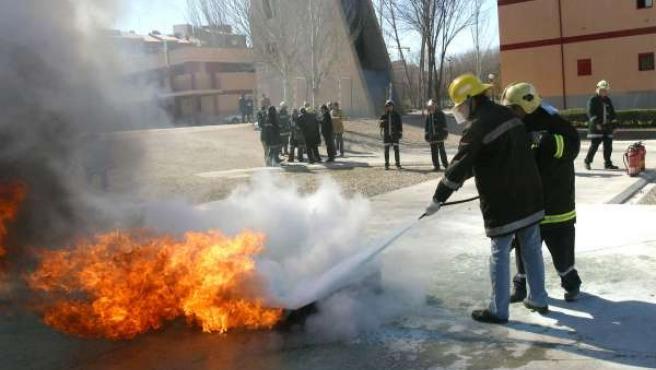 Bomberos apagando fuego