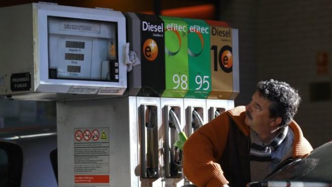 Un conductor llena el tanque de su coche en una gasolinera de Madrid.
