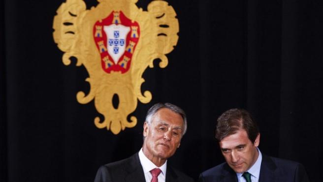 El presidente portugués, Cavaco Silva, conversa con el primer ministro luso, Pedro Passos Coelho, en el palacio Belem de Lisboa.