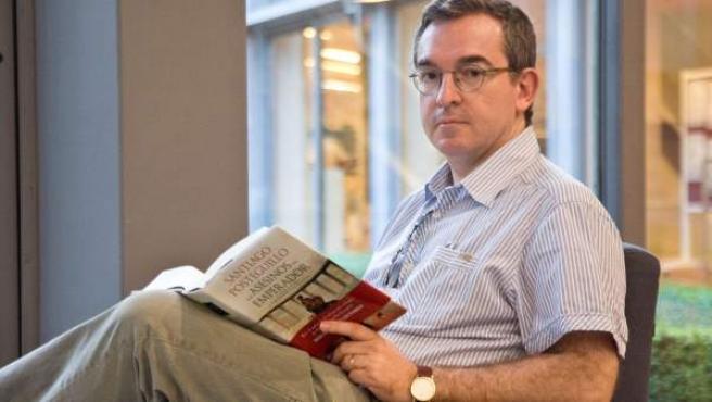 El escritor valenciano Santiago Posteguillo con su novela 'Los asesinos del emperador'.