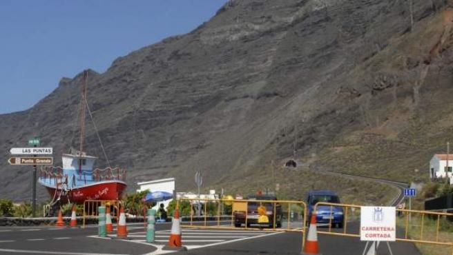 Imagen del cierre de la carretera AH-1 en dirección al túnel de Los Roquillos, cerrado al tráfico por la crisis sísmica ya que han habido desprendimientos en las laderas exteriores del túnel y en la carretera de Taracón a La Restinga (El Hierro).