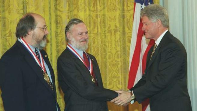 Ken Thompson (izquierda) y Dennis Ritchie (centro) reciben la Medalla Nacional de Tecnología de manos del expresidente Bill Clinton.