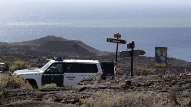 La Guardia Civil impide el paso hacia La Restinga donde se observan los focos de la erupción volcánica submarina registrada el pasado lunes frente a sus costas.