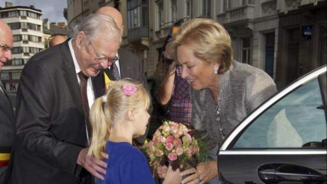 La reina Paola de Bélgica recibe un ramo de flores mientras asiste a la inauguración de un edificio en Gante, Bélgica.