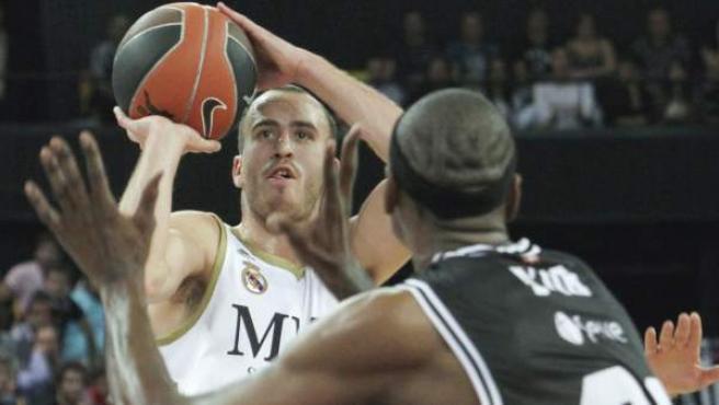 Sergio Rodriguez lanza a canasta ante D'or Fischer en un Bizkaia Bilbao Basket - Real Madrid.
