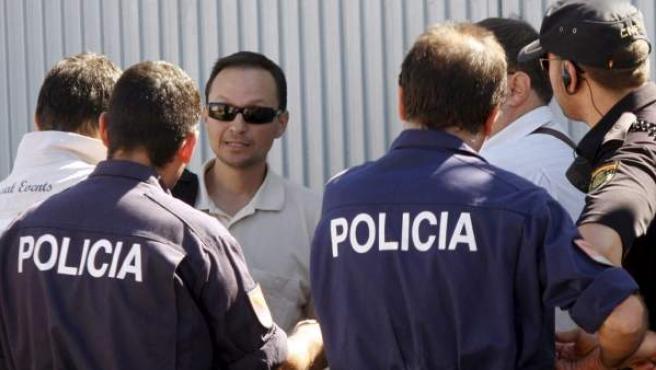 José Bretón, padre de los niños desaparecidos en Córdoba, con la policía.