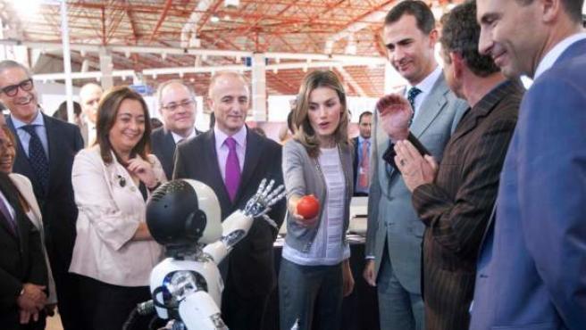 Los príncipes de Asturias conocen a Icube, el robot de la Campus Party Millenium 2011.