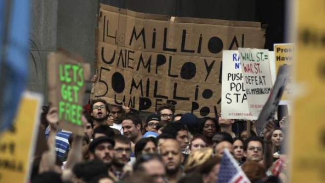 Protestas de miembros del movimiento 'Occupy Wall Street', en EE UU. Una protesta que ya ha logrado traspasar fronteras y llegar a Canadá, donde se han convocado manifestaciones en el centro financiero de Toronto.