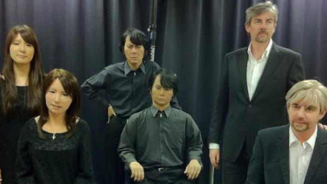 El científico japonés Hiroshi Ishiguro (centro) posa junto a su doble Geminoid.
