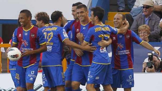 Los jugadores del Levante celebran el gol de Juanlu al Málaga.