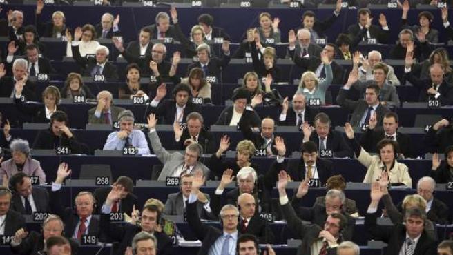 Los eurodiputados votan para aprobar el presupuesto comunitario para 2011, durante la sesión plenaria celebrada en Estrasburgo.