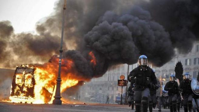 Imagen de los enfrentamientos entre encapuchados violentos y policía que tuvieron lugar el sábado en Roma, durante la manifestación del movimiento de los indignados.