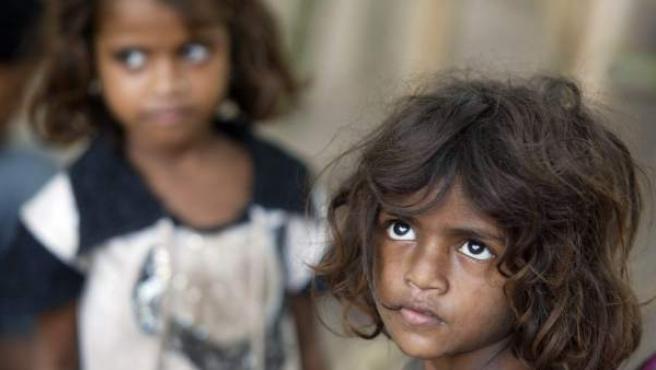 Unas niñas indias sin techo, jugando en la calle.