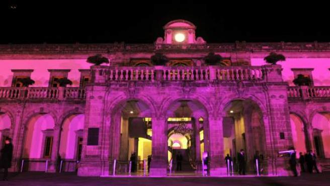 Vista general del Castillo de Chapultepec en Ciudad de México iluminado de color rosa para conmemorar el Día Internacional del Cáncer de Mama.