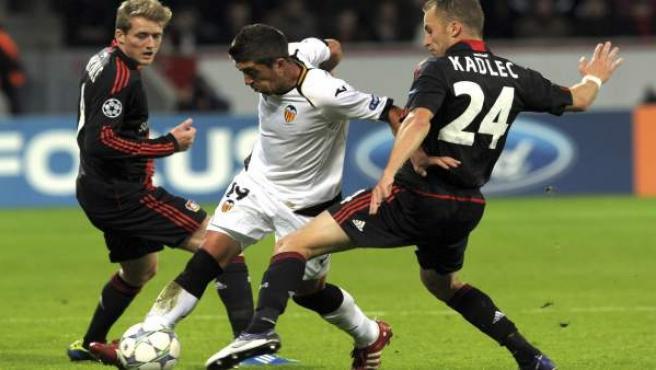 El centrocampista del Valencia, Pablo Hernández (c), pelea por el control del balón con los jugadores del Bayer Leverkusen.