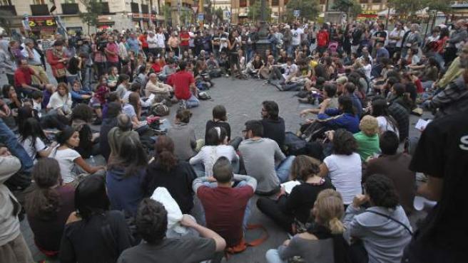 Miembros del 15-M, durante la asamblea en la que se ha decidido el uso del 'okupado' Hotel Madrid.