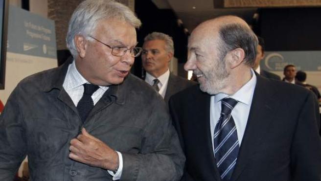 Alfredo Pérez Rubalcaba y Felipe González conversan en el foro de líderes progresistas organizado por la Fundación Ideas.