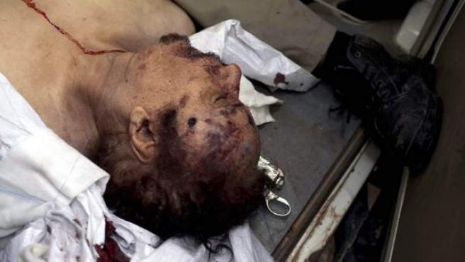 El cadáver del líder libio Muamar el Gadafi es trasladado en una ambulancia a un hospital en Misrata.