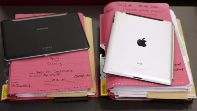 Una tableta iPad 2 de la firma estadounidense Apple y una Galaxy Tab de la coreana Samsung, en una corte de Duesseldorf, Alemania.