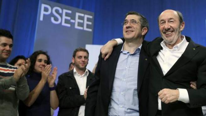 El candidato del PSOE a la presidencia del Gobierno, Alfredo Pérez Rubalcaba, junto al lehendakari, Patxi López, en un acto de los socialistas vascos.