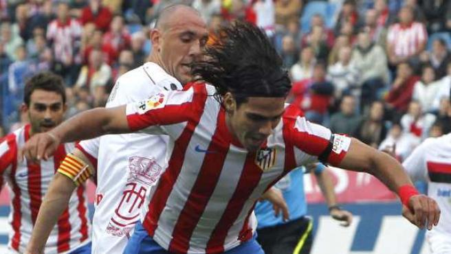 Penalti señalado a Iván Ramís por posible empujón sobre Radamel Falcao en el Atlético - Mallorca.