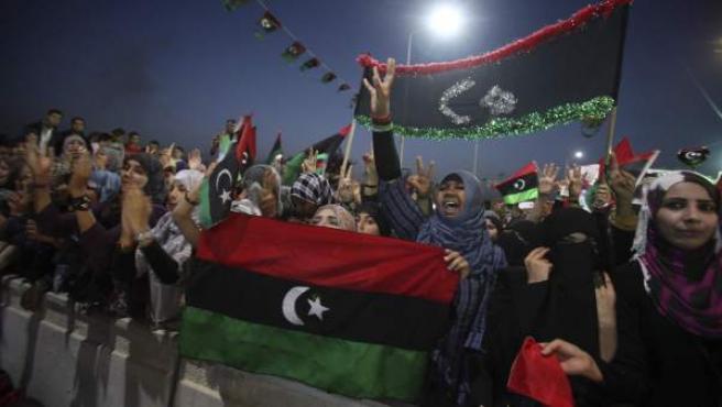 """Libios celebran después de oir la declaración oficial de la """"liberación de Libia""""."""