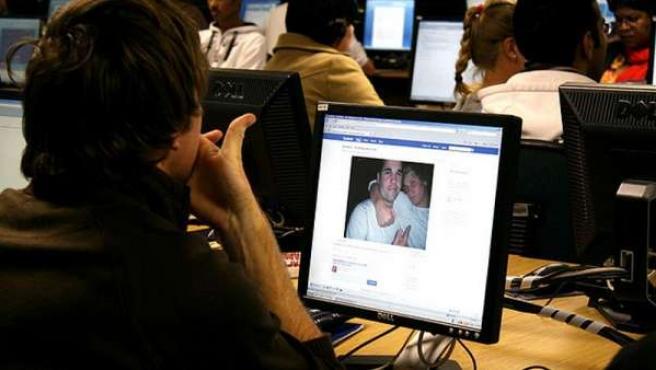 Un internauta mira una fotografía en Facebook.