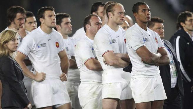 El capitan de la selección francesa de rugby Thierry Dusautoir (dcha) y el resto de miembros de su equipo tras perder ante Nueva Zelanda en la final de la Copa del Mundo de rugby disputada en el estadio Eden Park.