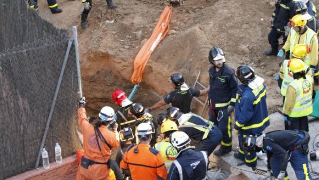 Los equipos de rescate trabajan en el rescate de los obreros sepultados en el barrio madrileño de San Blas.