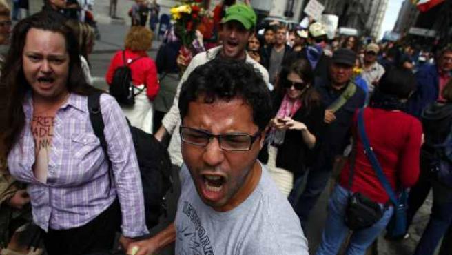Ciudadanos norteamericanos protestan cerca de Wall Street contra los bancos y las corporaciones en Nueva York.