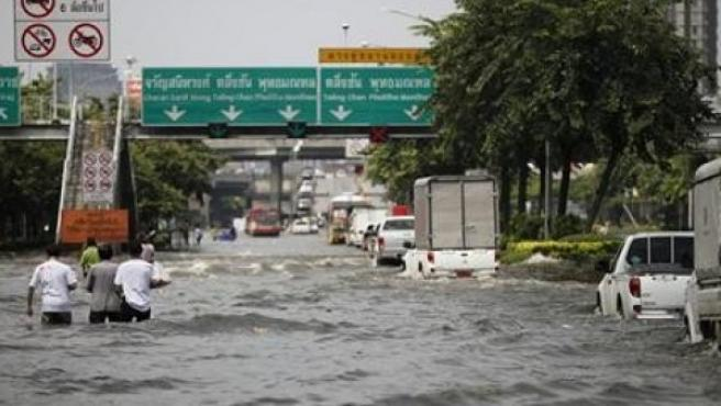 Los habitantes de Bangkok huyen por el temor a las inundaciones.