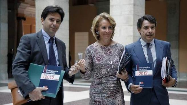 Esperanza Aguirre, junto al consejero de Economía (izda.) y el vicepresidente (der.)