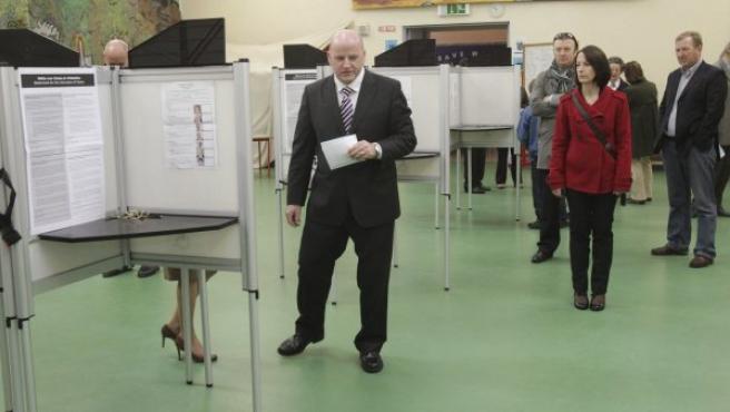 El candidato independiente Séan Gallagher (i) emite su voto en el colegio electoral de Blackrock National School, Dundalk, Irlanda.