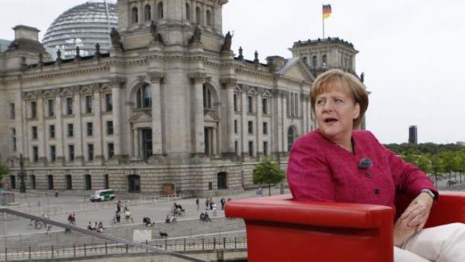 La canciller alemana, Angela Merkel, durate una entrevista realizada en las afueras del parlamento alemán.